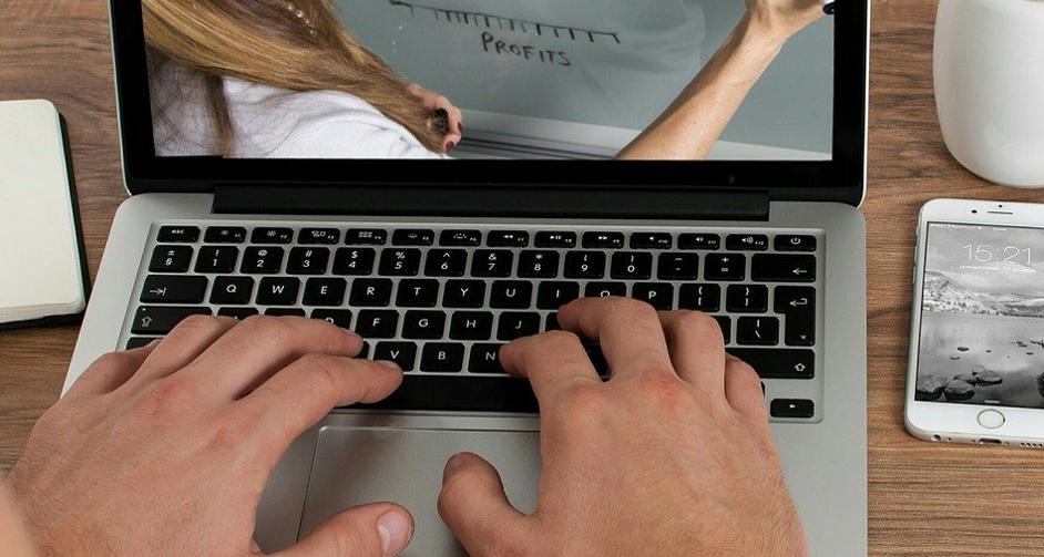 Praca na laptopie